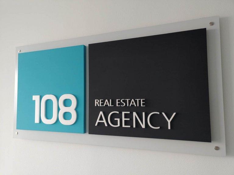 3D logo na podkladovej tabuli 108 agency
