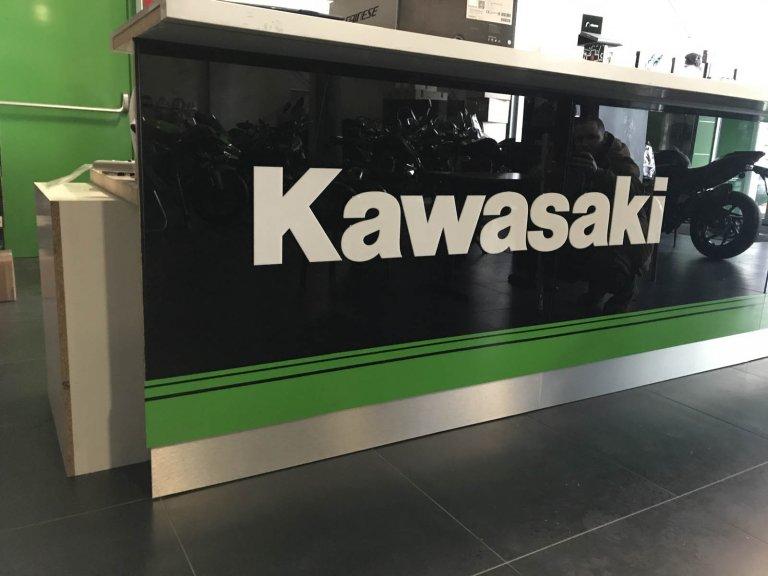 3D logo Kawasaki biele plexisklo