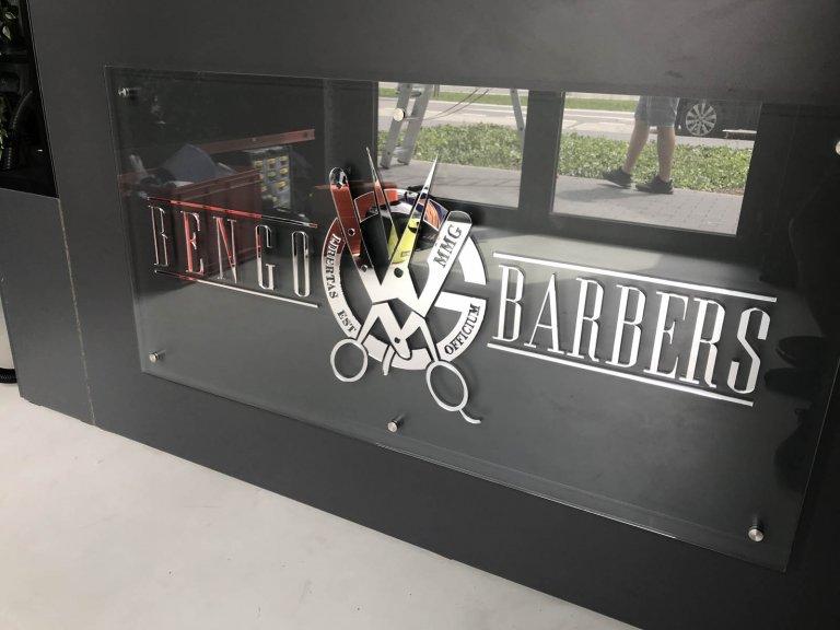 Zrkadlové logo MMG na podkladovom skle
